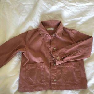 Gammelrosa jeansjacka från topshop. Sparsamt använd och passar 34-38 beroende på hur man vill att den ska sitta. Frakt ingår i pris!