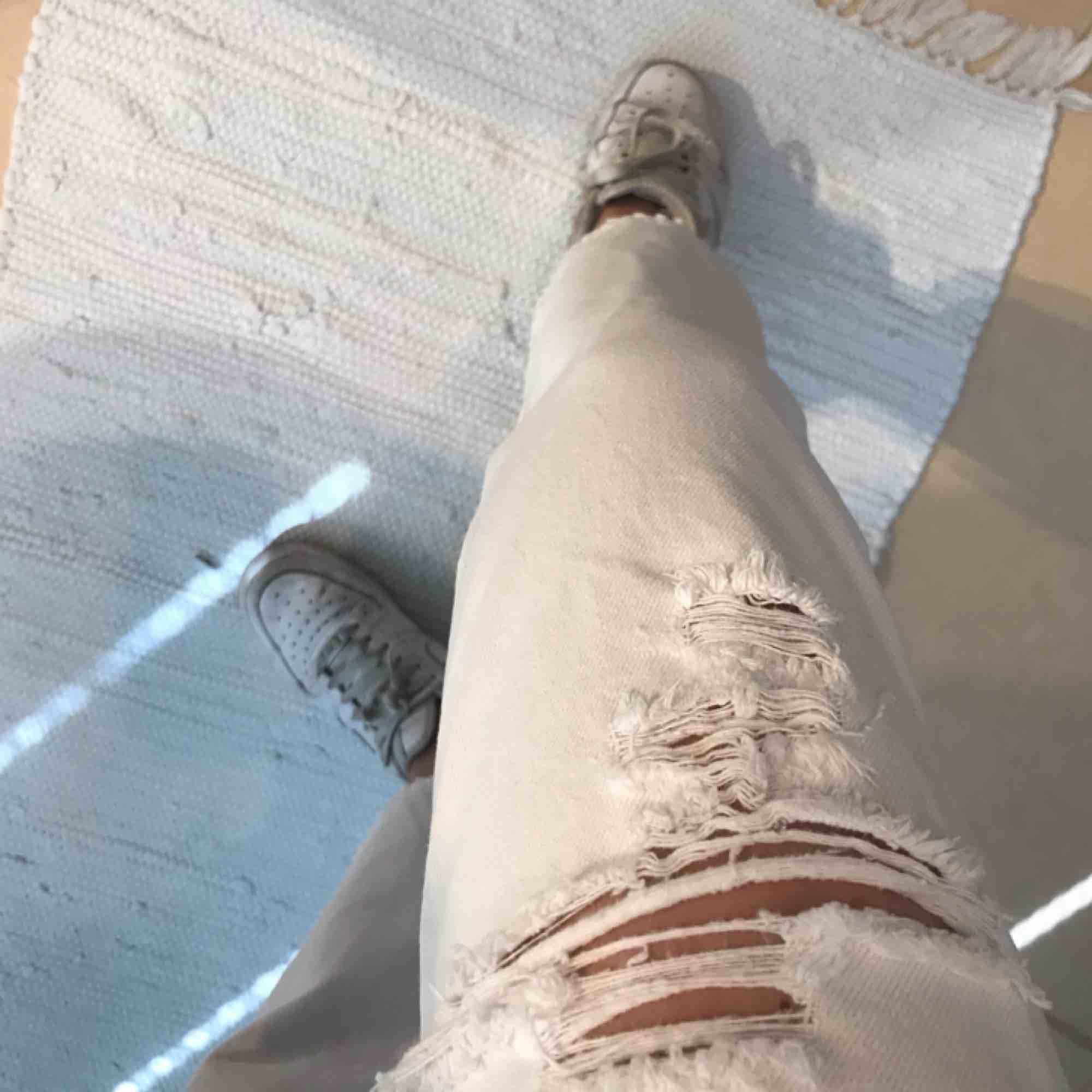 high waisted ripped jeans från monki! fraktar inte men möts upp i stockholm. Jeans & Byxor.