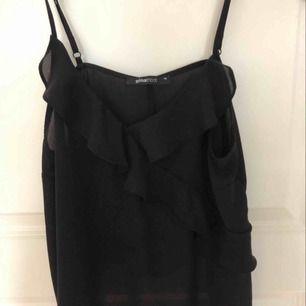 svart volang linne från Gina Tricot, strl 38 (S) ✨✨säljer pga att ha köpt fel storlek