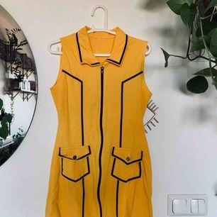 Cool vintage klänning i stretchigt material, uppskattar storleken till en S, 79cm lång. Fint skick förutom ett pyttehål som jag upptäckte nu, se bild tre, inget som syns. Snygg att ha både stängd och lite öppen, köparen står för frakt, 40kr, har swish ✨