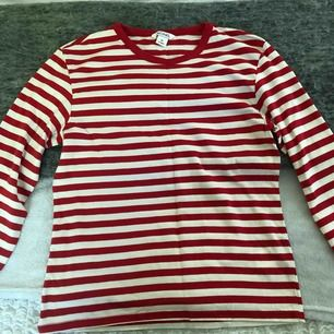 Härlig röd tröja från monki i storlek XS använd bara några få gånger (kan mötas upp i Stockholm eller frakta som köparen står för)