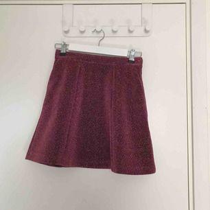 Korr, glittrig kjol från & Other stories. Knappt använd.