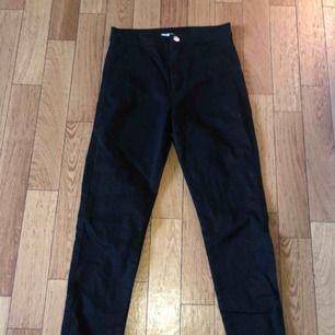 Ett par jeans från H&M i storlek xs men funkar som s också. (Jeansen är high west) Använda 2-3 gånger. Nypris 300 , jag säljer för 80 kr. OBS- katt finns i hemmet