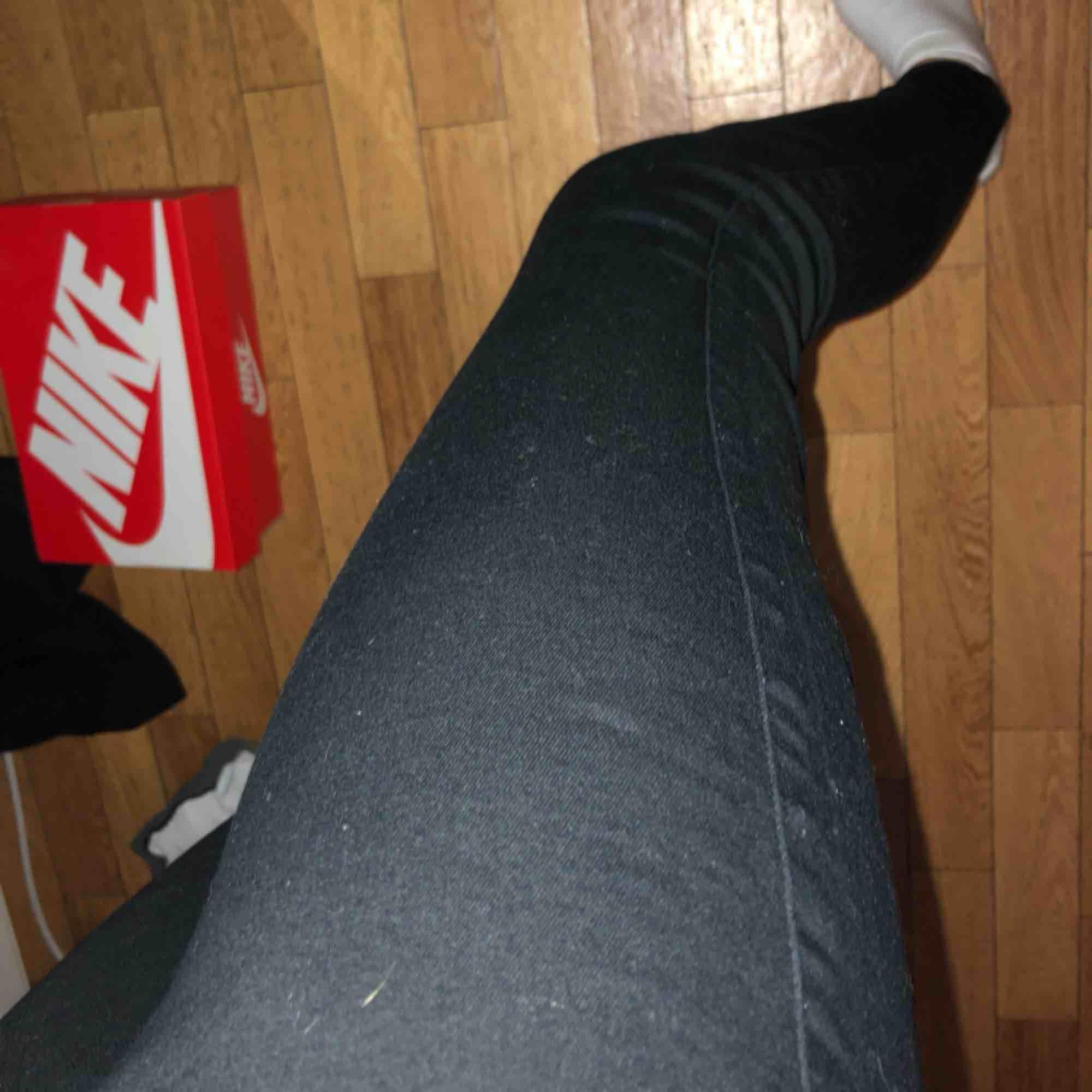 Ett par jeans från H&M i storlek xs men funkar som s också. (Jeansen är high west) Använda 2-3 gånger. Nypris 300 , jag säljer för 80 kr. OBS- katt finns i hemmet . Jeans & Byxor.
