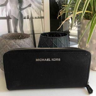 En supersnygg större äkta Michael kors plånbok. Nypris 1299kr, mitt pris är 299 men kan sänkas vid snabb affär. Säljer på grund av att den inte kommer till användning längre. Äkta läder. Köparen står för frakten, men kan även mötas upp i Stockholm