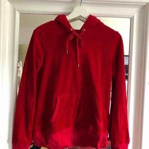 H&M L.O.G.G röd hoodie i sammet