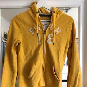 Senapsgul hoodie med dragkedja från abercrombie & fitch, storlek s men sitter som XS