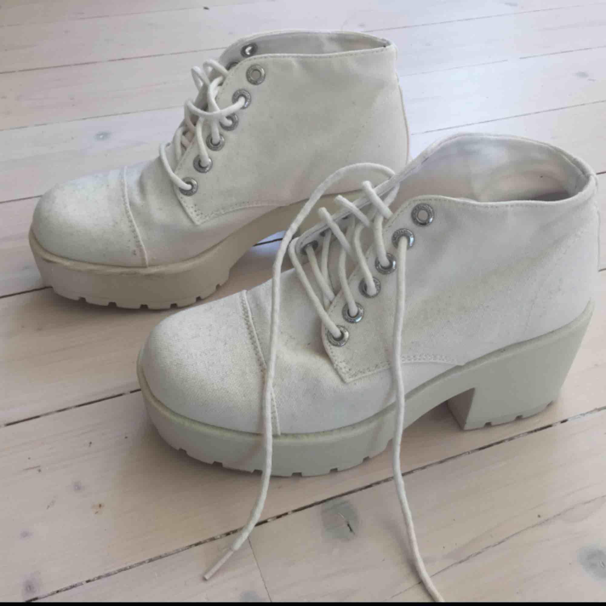 Vagabond platå skor i cremevit/ljusbeige. Supersnygga👌 märkt stl 37, men passar en 36a. Frakt kostar 65 kr.. Skor.