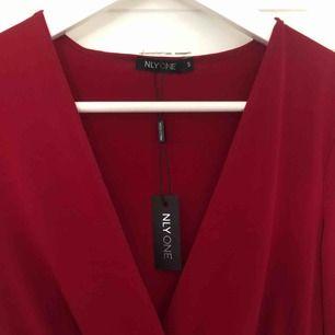 superfin röd body ifrån Nelly! aldrig använd pga för stor! orginalpris:349kr. köparen står för frakt!