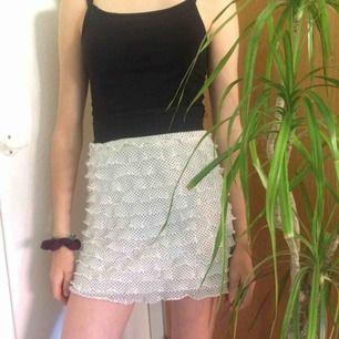 Fin plisserad kjol från look, storlek S men passar nog även XS! Säljer pga att den är för stor för mig, perfekt nu till sommaren☀️Frakt tillkommer :)