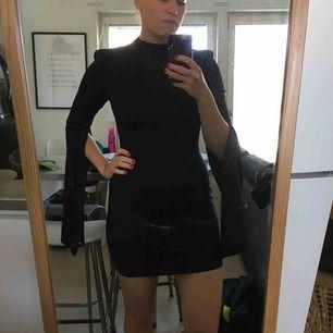 Svart tight klänning med snygga armar och snygg rygg. Små axelpuffar som markerar armarna snyggt. Aldrig använd. Säljaren står för frakten 👗✨