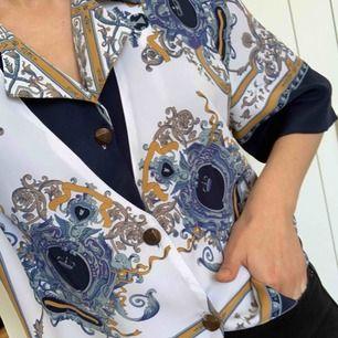 Unik vintage-Skjorta med oklar storlek. Tror den passar någon med M, men passar även mig med S! Frakt: 42kr 💕
