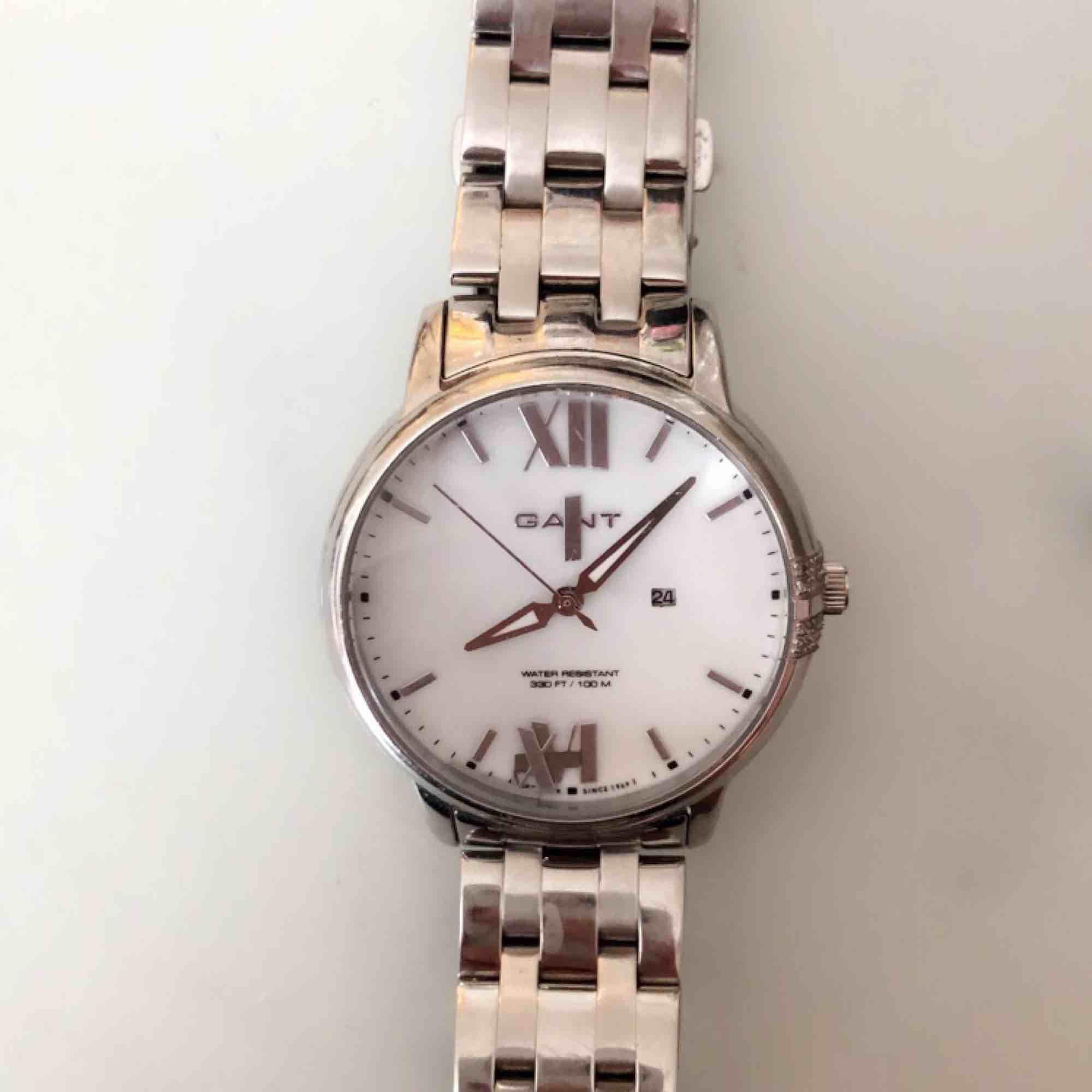 """Säljer nu min älskade GANT klocka då den bara legat i en låda. Batteriet har stannat & några av """"symbolerna"""" har lossnat därav av det så billiga priset. Annars jättefin! Diamant liknade detalj på högersida.   Köpt för ca. 2000 kr. 300 + frakt!   . Accessoarer."""