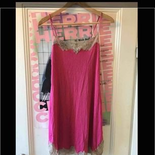 Nattlinne/ tunn klänning, materialet är lite slitet. Möter upp i Stockholm eller skickar då köparen betalar för frakt!