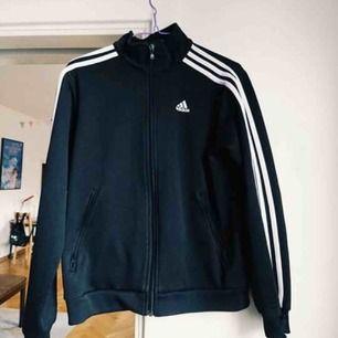 Gratis frakt!! Sjukt cool Adidasjacka eller sweatshirt eller vad man kallar den. Den har några skavanker som jag inkluderat i bilderna. Det står att det är en us size medium, men jag tror att det är i damstorlek då den är hyfsat liten