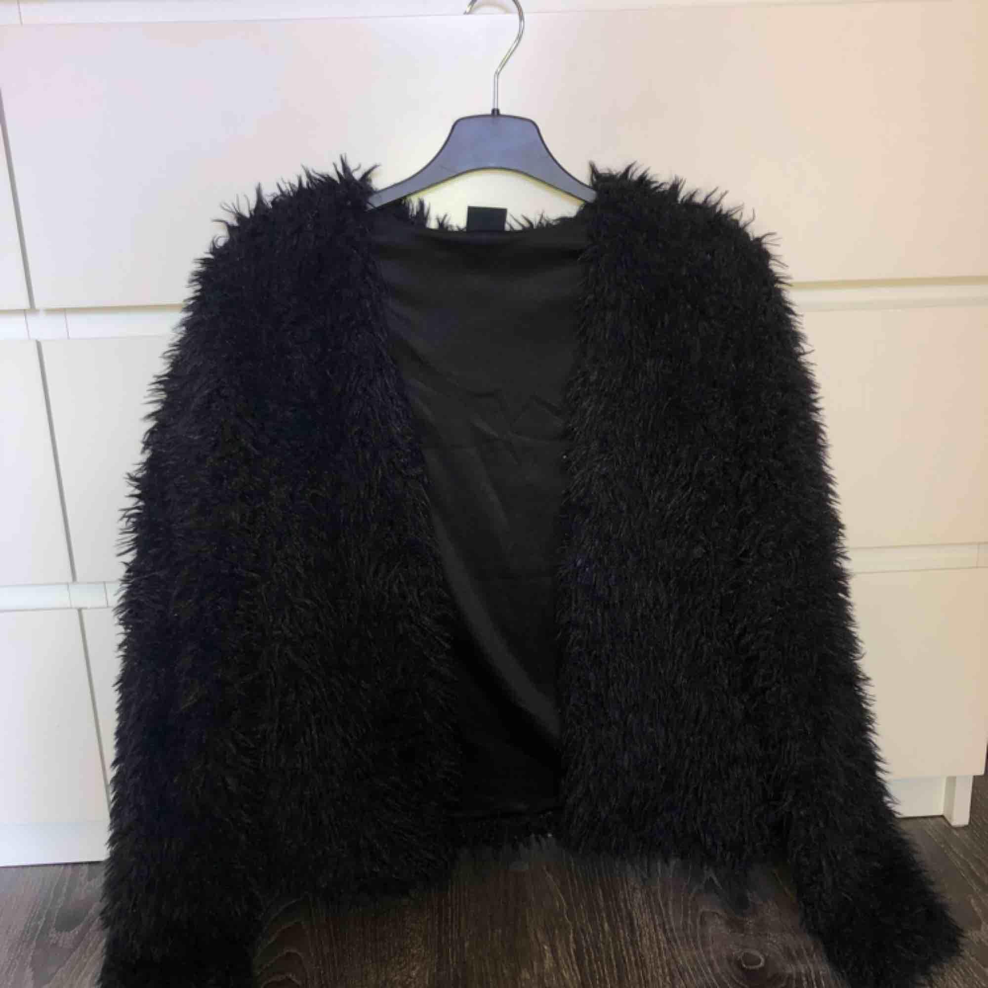 En fluffig jacka från Gina Tricot. Storlek S, använd några gånger. Nypris 300 , jag säljer för 80 kr. OBS -katt finns i hemmet . Jackor.