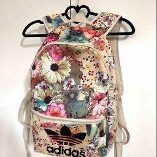 En snygg ryggsäck från Adidas. Köparen betalar frakt