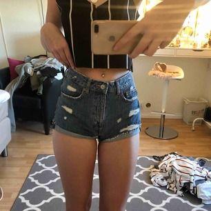 Jeans shorts ifrån H&M! Helt oanvända. Fraktar eller möts upp i Stockholm.