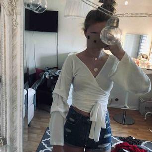 Fin tröja som man själv knyter så att den passar flera storlekar!  Använd fåtal gånger kommer inte till användning längre.  Fraktar eller möts upp i Stockholm.