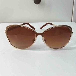 solglasögon från prestige i guld och brunt med fina detaljer. knappt använda så inprincip i nyskick. köpare står för eventuell frakt✨