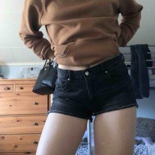 Svarta slitna shorts från H&M, storlek 40, alltså M. Använder inte dessa så säljer dom!
