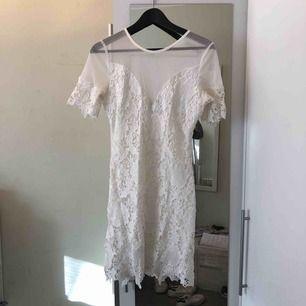 En vit spetsklänning, som jag endast använt 1 gång på en skolavslutning, super fin och bekväm!