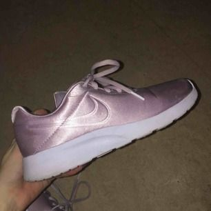Jättefina rosa glansiga skor från Nike, använda 1 gång då det var torrt ute, inga fläckar eller nåt! Möts upp i Stockholm