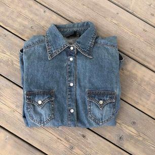 Jeans skjorta som aldrig är använd. Vita stenar som knappar (den är lätt att knäppa).