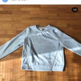 Super-snygg tröja från Gina Tricot. 🥰 Storlek L men känns mer som en M. Snygg detalj med dragkedjor på sidan. Som man ser på sista bilden är den lite nopprig men inget som stör.  50kr + frakt