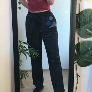 Svarta trackpants med tre patches vid fickan <3 Knappt använda och jättefina