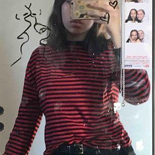 En röd/svart randig långärmad tröja från h&m, perfekt att ha under en t-shirt <3