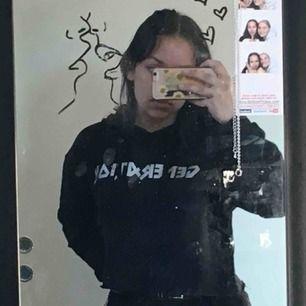 """En svart croppad hoodie med motivet """"generation"""" köpt på carlings <3"""