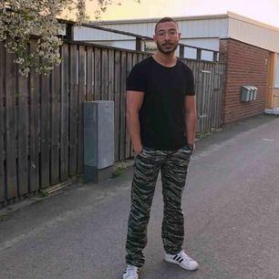 CAMOUFLAGE CARGO PANTS - size 30 - Male - Gott Skick - Kan mötas upp inom Östergötlands Län och ev Stockholm.