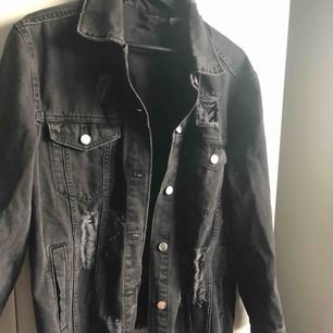 Svart sliten jeans jacka ifrån H&M. Jätte fin lite oversize.