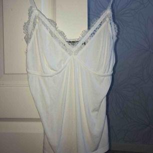 Ett fint linne från Bik Bok , aldrig använd. Nypris 250 kr säljer för 70 kr. OBS -katt finns i hemmet