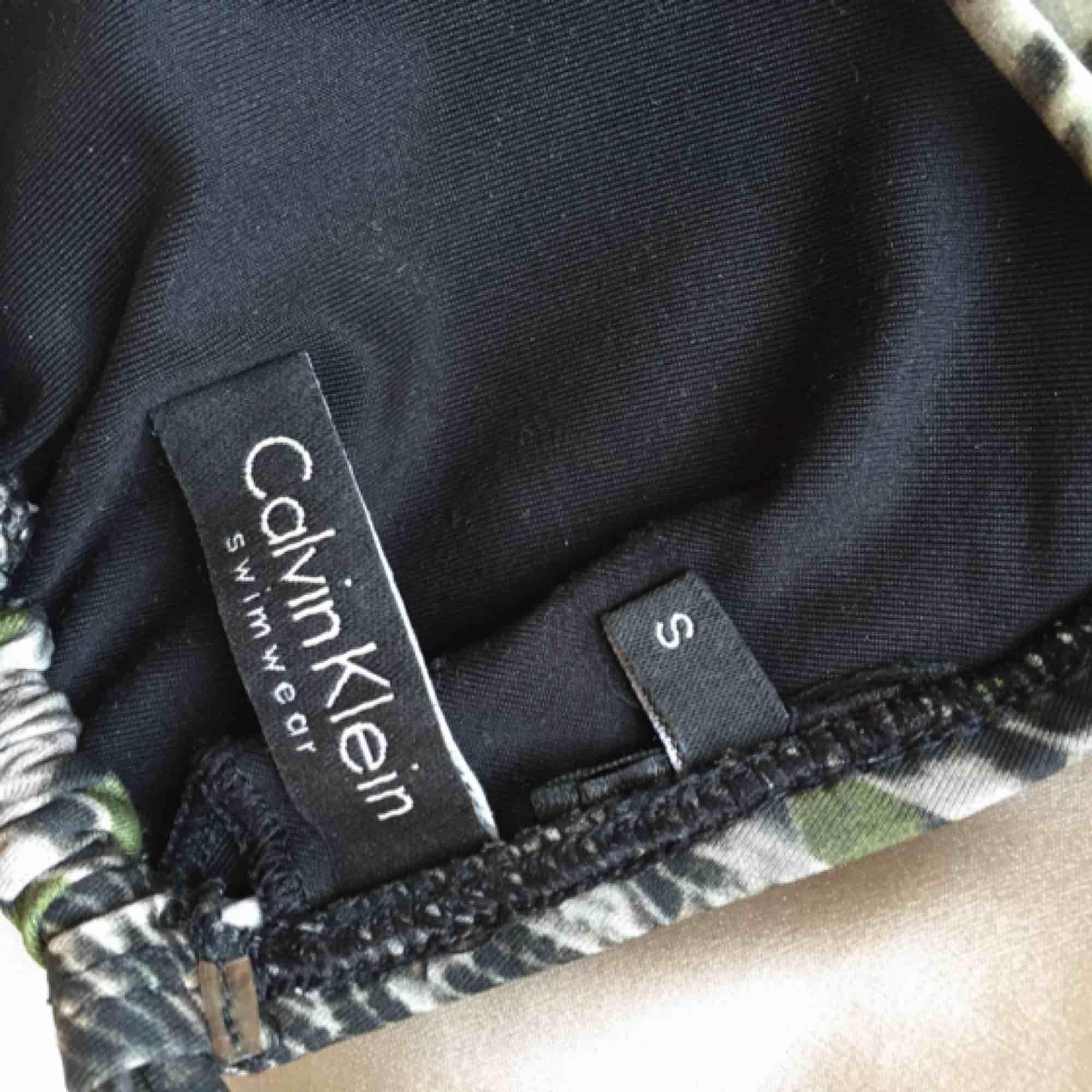 Bikiniset från Calvin Klein. Båda delarna är i storlek S. Använd ett fåtal gånger. Nypris 899 kr.. Övrigt.