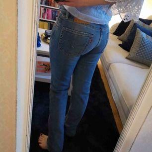 Levi's jeans i fint skick. Står strl 30 men är mer som 27/28. Jag på bilden är 165 cm. 📬 Frakt inräknat.