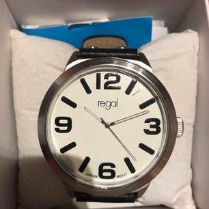 En helt oanvänd klocka från regal. Glas skyddsplast är till och med kvar på klockan som ni ser ni bilden. Köparen står för frakt.