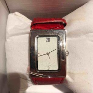 En fin klocka som jag fick i present men den passade inte mig så jag har aldrig använd den. Glas skyddsplast är kvar på klockan som ni ser. Köparen står för frakten.