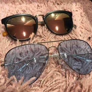 Fina retro solglasögon. Den blåa var aldrig använd. Men den andra är också i mycket bra skick. Köparen får stå för frakten