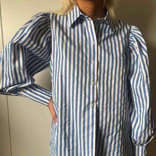 Randig skjorta med puffärm använd en gång.