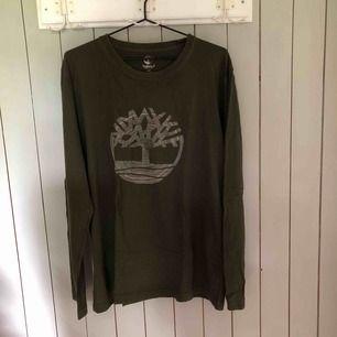 Knappt använd militärgrön långärmad tröja från Timberland. Bra skick. Kan mötas upp i Lund annars får köparen själv stå för frakten.