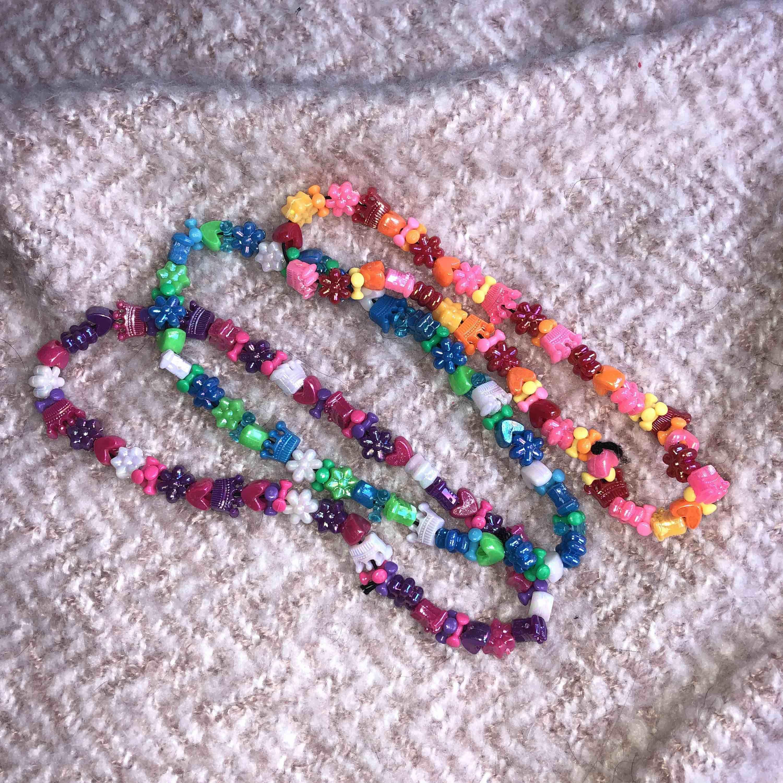 Tre pärlhalsband i olika färger och ett pärlarmband. Jag har gjort dessa själv och säljer dem eftersom jag inte använder. köp ett för 40kr eller alla för 100kr. Accessoarer.