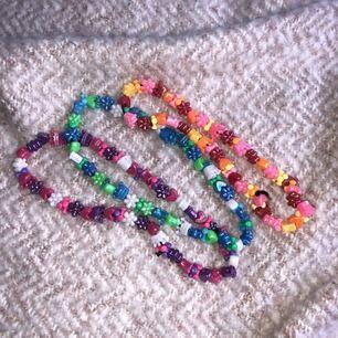 Tre pärlhalsband i olika färger och ett pärlarmband. Jag har gjort dessa själv och säljer dem eftersom jag inte använder. köp ett för 40kr eller alla för 100kr