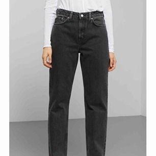 Voyage trotter black jeans från weekday i fint skick. Använda fåtal gånger, säljer pga de är för korta på mig som är 160. Storlek 25/26. Frakt tillkommer, kontakta mig för fler bilder/info!
