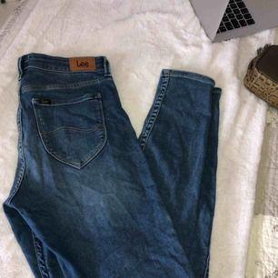Oanvända Lee jeans, mjukt och skönt material. Passar en Medium. Frakt tillkommer💋