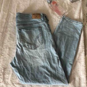 Hollister vintage boyfriend jeans! Sliten stil, passar storlek M om man vill ha oversize. Frakt tillkommer 🌸🌸