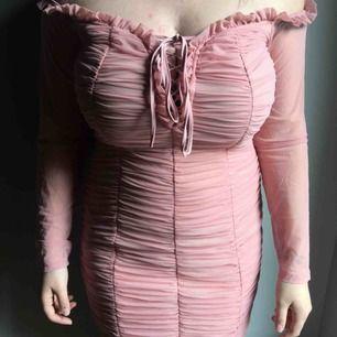 Otrolig fin klänning från FashionNova! Off shoulder i en fin rosa färg, kort klänning. Den är ganska liten för att vara en 1X (typ XXL) den är mer som en M-L. Kan mötas i Sthlm annars skicka och då tillkommer frakt :