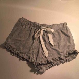 Söta och fina shorts från BikBok. Originalpris 300kr men säljs för 100kr. Ljusgrå med små volanger på kanten. Väldigt bra skick och använda fåtal gånger. Säljs pga dem inte passar längre. Vi delar på fraktkostnaden :)