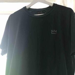 Hov1 merch - T-shirt. Grå/svart med vit logga. Köpt på deras hemsida och använd ett par fåtal gånger.